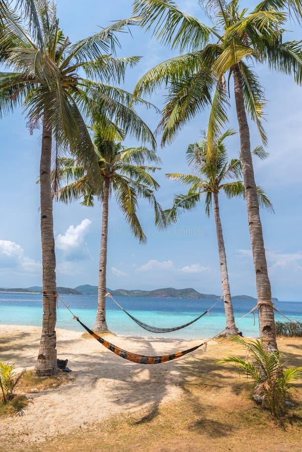 Vista de hamacas en la playa tropical en la isla del plátano imagen de archivo