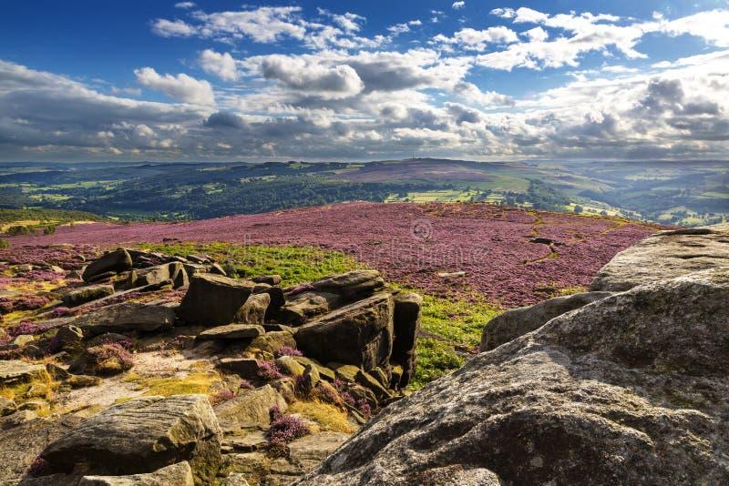 A vista de Hathersage amarra no parque nacional do distrito máximo, Derbyshire, Inglaterra, Reino Unido imagem de stock