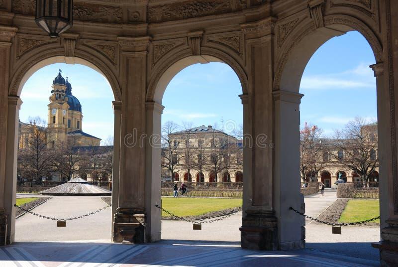A vista de hofgarten ao theatinerkirche fotografia de stock