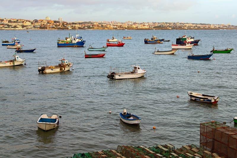 Vista de igualación escénica de diversos barcos de pesca que flotan en el puerto de los pescados de Cascais, Portugal imágenes de archivo libres de regalías