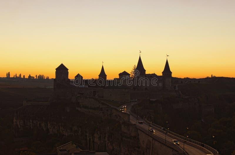 Vista de igualación pintoresca del castillo de Kamianets-Podilskyi Paisaje de la puesta del sol del otoño Destino turístico famos fotos de archivo libres de regalías