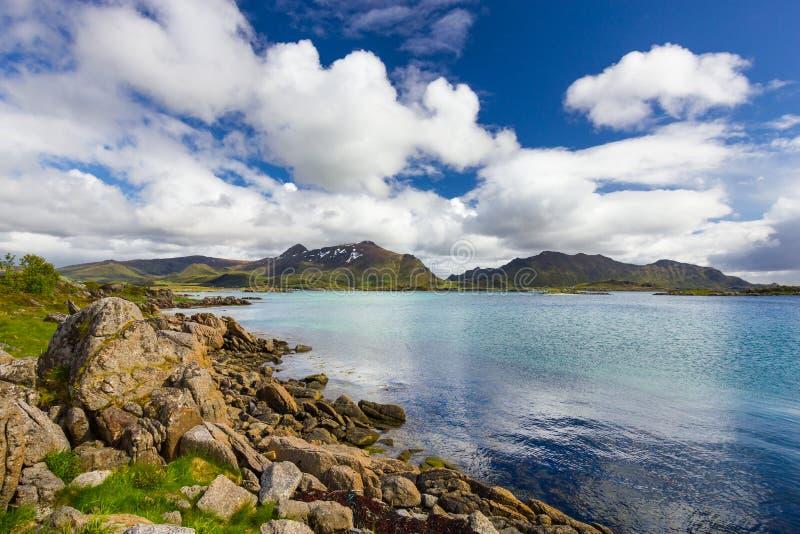 Vista de ilhas de Lofoten em Noruega foto de stock royalty free