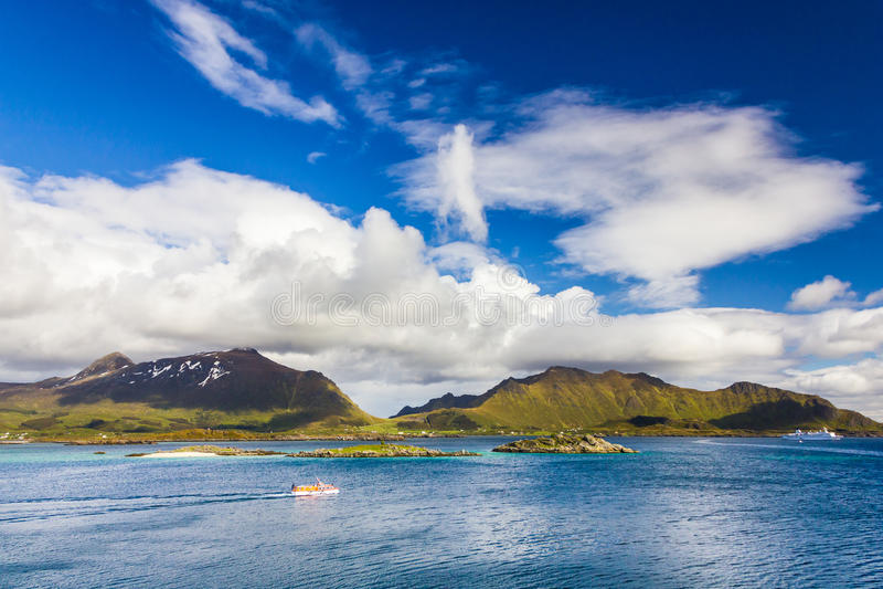 Vista de ilhas de Lofoten em Noruega fotos de stock