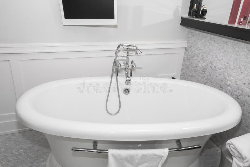 Vista de invitación acogedora hermosa de la bañera retra del estilo del vintage de lujo y grifo elegante hermoso fotografía de archivo libre de regalías