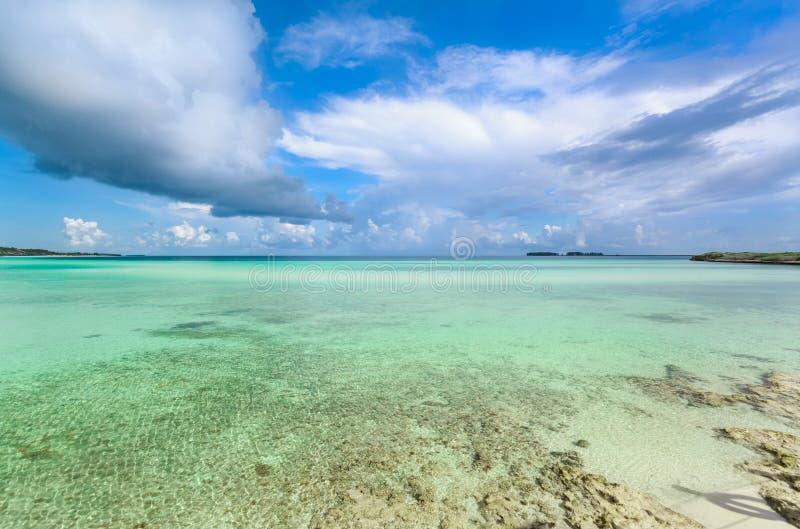 Vista de invitación hermosa agradable del océano tranquilo de la turquesa y del fondo del cielo azul en la isla de Cayo Guillermo fotografía de archivo libre de regalías
