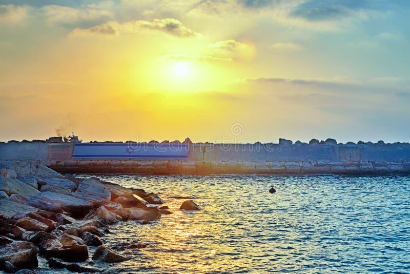 Vista de Jaffa velho ao porto no por do sol fotos de stock