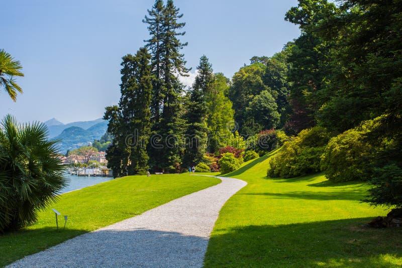 Vista de jardines del chalet Melzi en el pueblo de Bellagio en el lago Como, Italia fotos de archivo