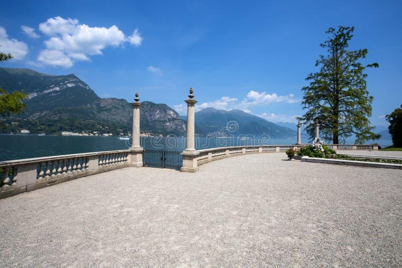 Vista de jardines del chalet Melzi en el pueblo de Bellagio en el lago Como, Italia imágenes de archivo libres de regalías