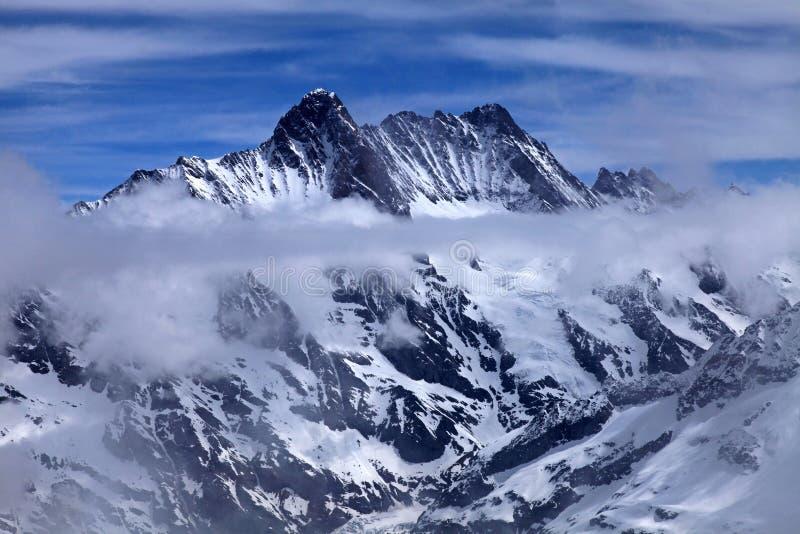 Vista de Jungfrau com nuvens, Suíça. imagem de stock