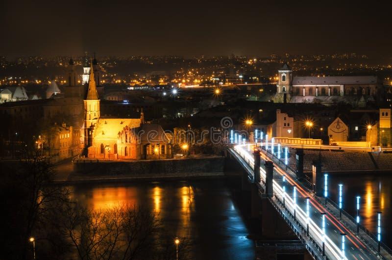 Vista de Kaunas na noite imagens de stock royalty free