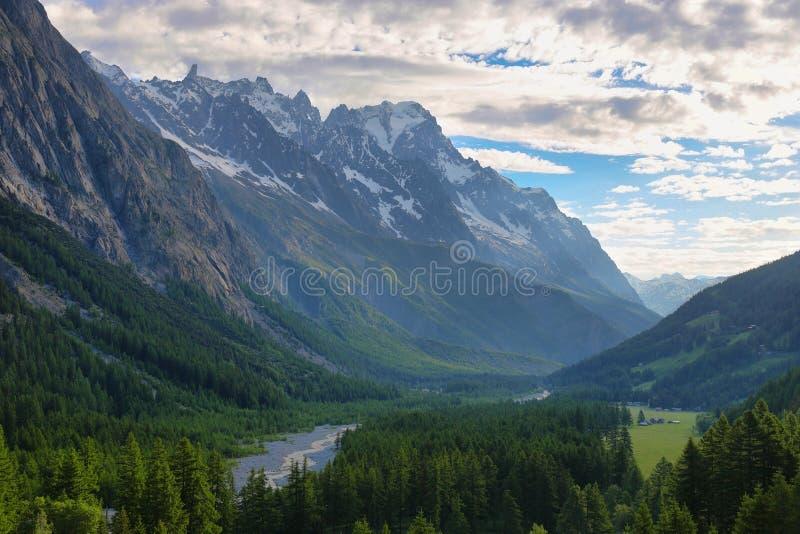 Vista de la abolladura du Geant y de otras montañas de Notre-Dame de Guérison Sanctuary, el valle de Aosta, Italia foto de archivo