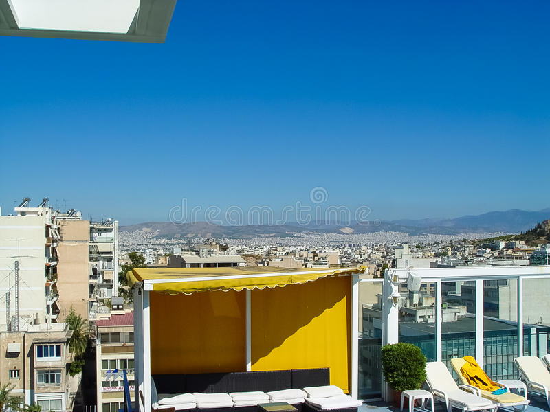 Vista de la acrópolis en Atenas de un edificio del hotel foto de archivo libre de regalías