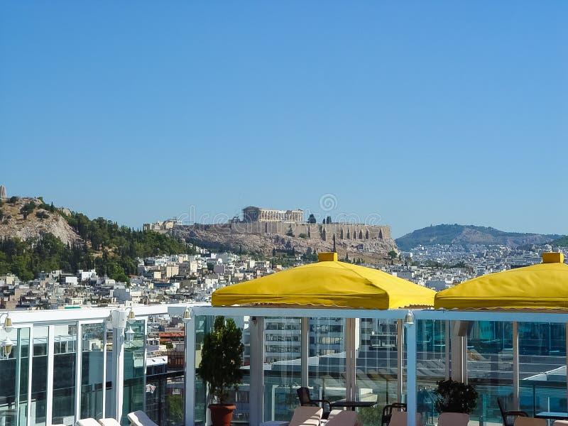 Vista de la acrópolis en Atenas de un edificio del hotel imagen de archivo