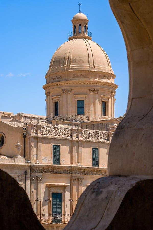 Vista de la bóveda de la catedral barroca de la iglesia de San Corrado en el centro de Noto en la provincia de Syracuse en Sicili fotografía de archivo