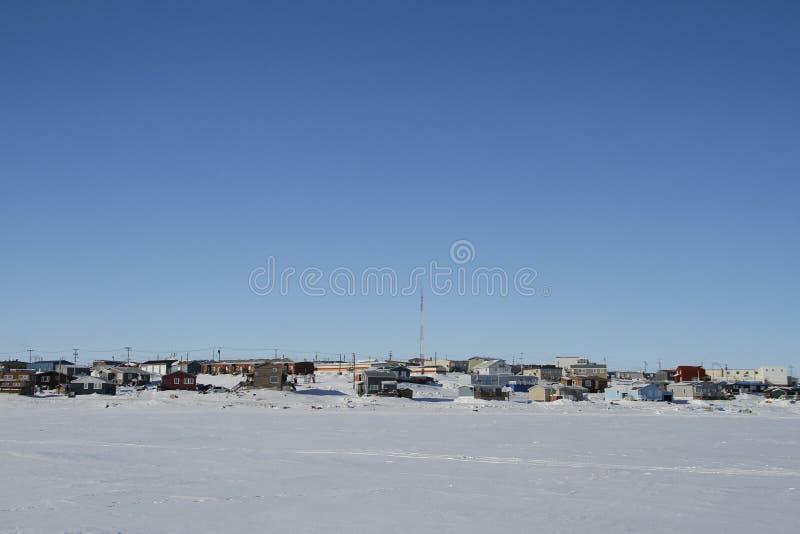 Vista de la bahía de Cambridge, Nunavut durante un día de invierno soleado imágenes de archivo libres de regalías