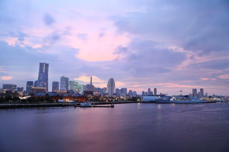 Vista de la bahía del puerto deportivo en la noche en la ciudad de Yokohama imágenes de archivo libres de regalías