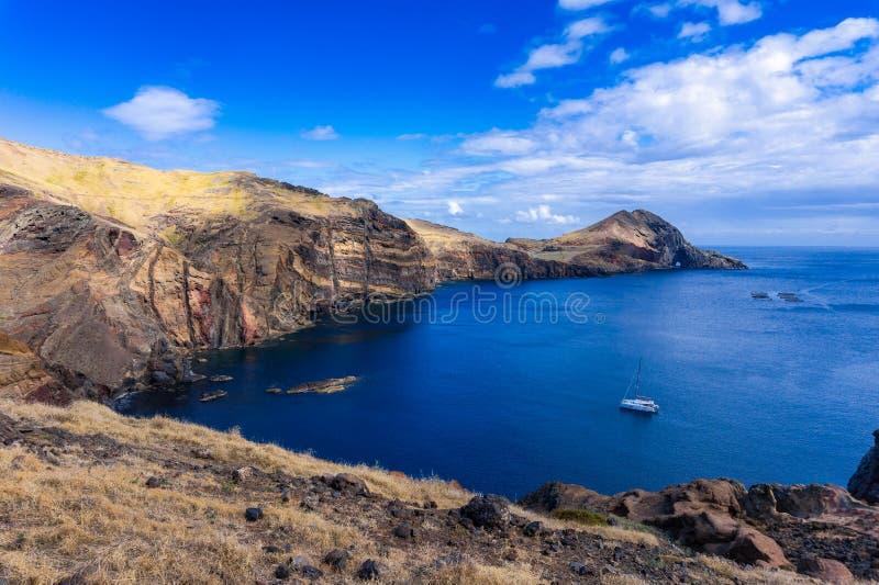 Vista de la bah?a y del yate en entre los acantilados en Ponta de Sao Lourenco, Madeira imágenes de archivo libres de regalías