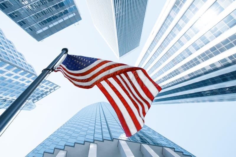 Vista de la bandera americana en el edificio azul fotografía de archivo libre de regalías