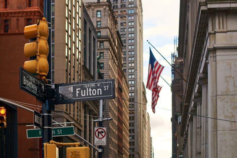 Vista de la bandera de los E.E.U.U. en Fulton Street en Lower Manhattan, NYC fotografía de archivo libre de regalías