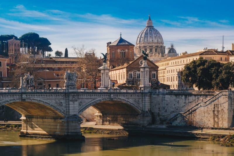 Vista de la basílica San Pedro en Roma, Italia imagen de archivo libre de regalías