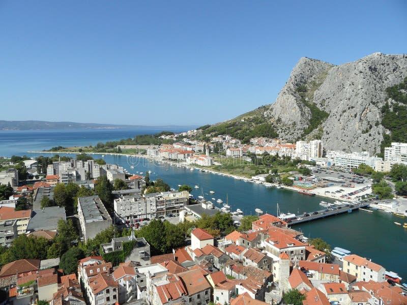 Vista de la boca de Cetina foto de archivo