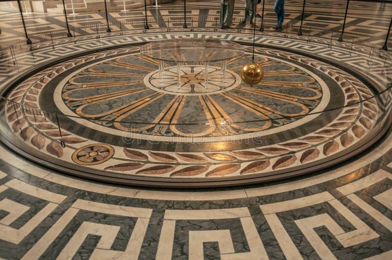 Vista de la bola famosa del cobre del péndulo de Foucault que balancea dentro del panteón en París foto de archivo