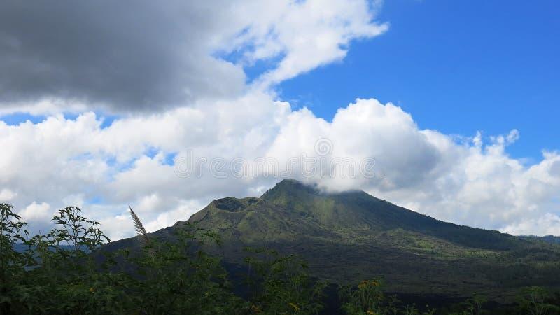 Vista de la caldera volc?nica de Batur, en la regi?n de la monta?a de Kintamani fotos de archivo libres de regalías