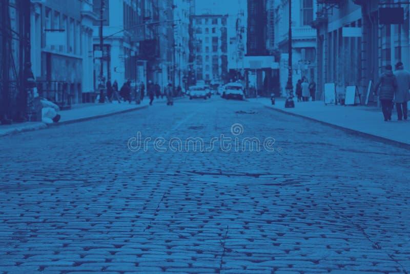 Vista de la calle Cobblestone en el SoHo de Manhattan en Nueva York, azul foto de archivo