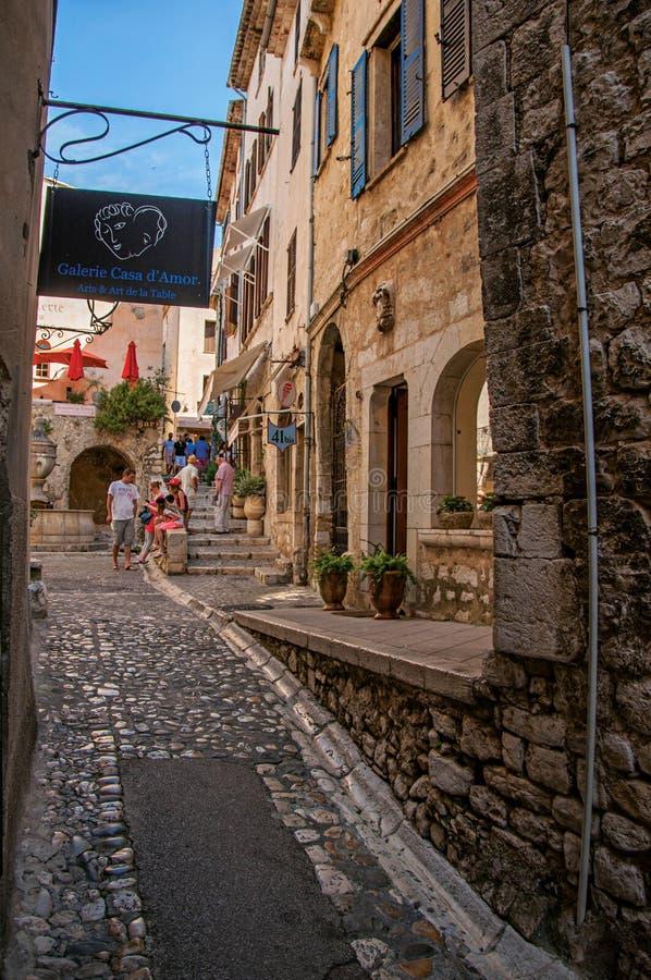 Vista de la calle de piedra con la tienda en el Santo-Paul-de-Vence fotografía de archivo libre de regalías