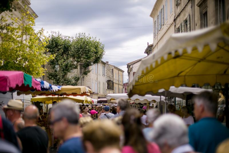 Vista de la calle de las compras en Provence foto de archivo