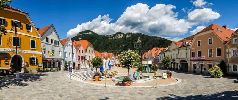 Vista de la calle principal de Frohnleiten en día soleado brillante foto de archivo libre de regalías