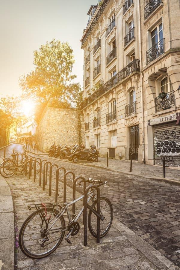 Vista de la calle vieja en Montmartre cuarto en París imagenes de archivo