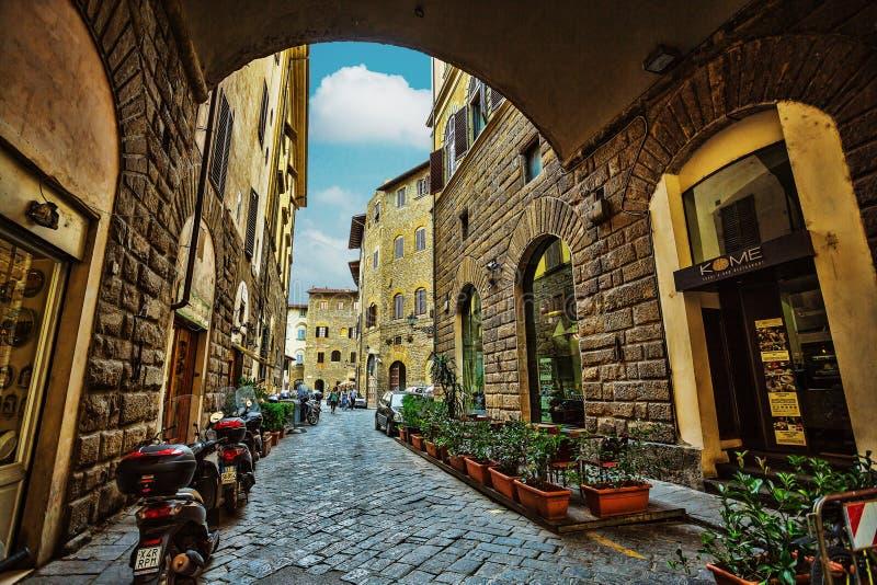 Vista de la calle y de las casas medievales viejas en el centro histórico o fotos de archivo libres de regalías