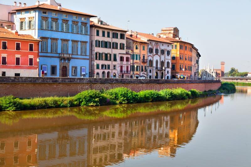 Vista de la calle y del río Arno viejos en la ciudad de Pisa, él imagen de archivo libre de regalías