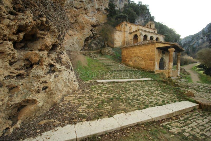 Vista de la capilla, ermita y puente medeval en el Tobera, España fotos de archivo libres de regalías
