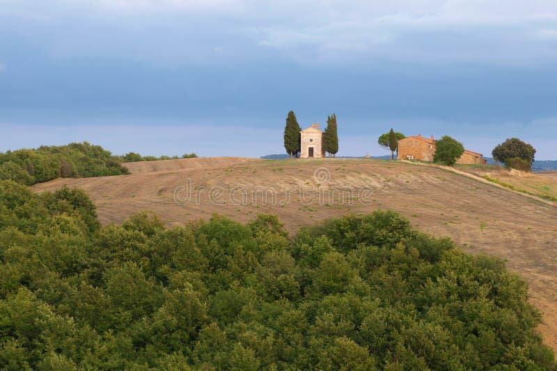 Vista de la capilla de nuestra señora de Vitaleta la noche de septiembre Toscana, Italia fotografía de archivo libre de regalías