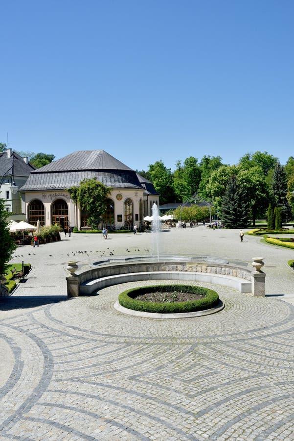 Vista de la casa del balneario en el parque de ciudad Kudowa Zdroj el 20 de mayo de 2014 imagenes de archivo