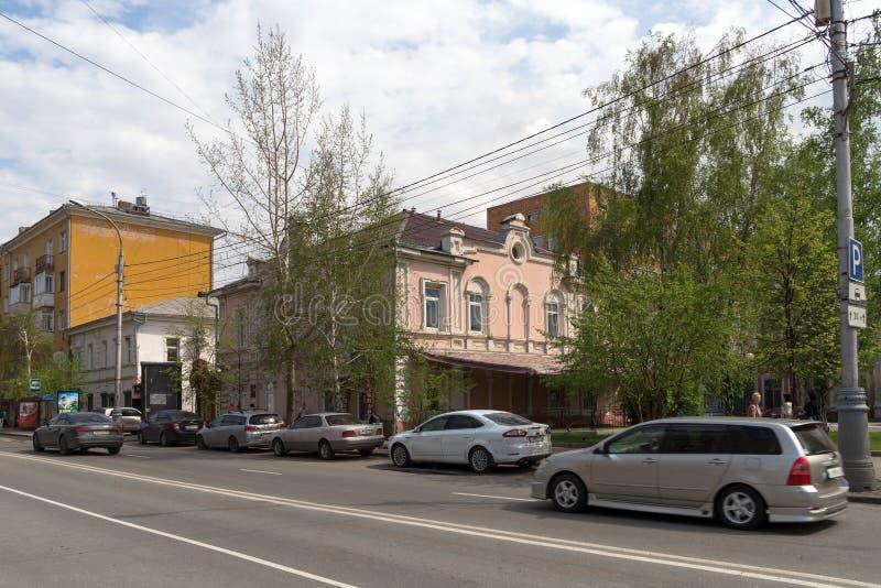 Vista de la casa mercantil vieja de Terskov 1817 en Mira Avenue, en el centro histórico de la ciudad de Krasnoyarsk en primavera foto de archivo