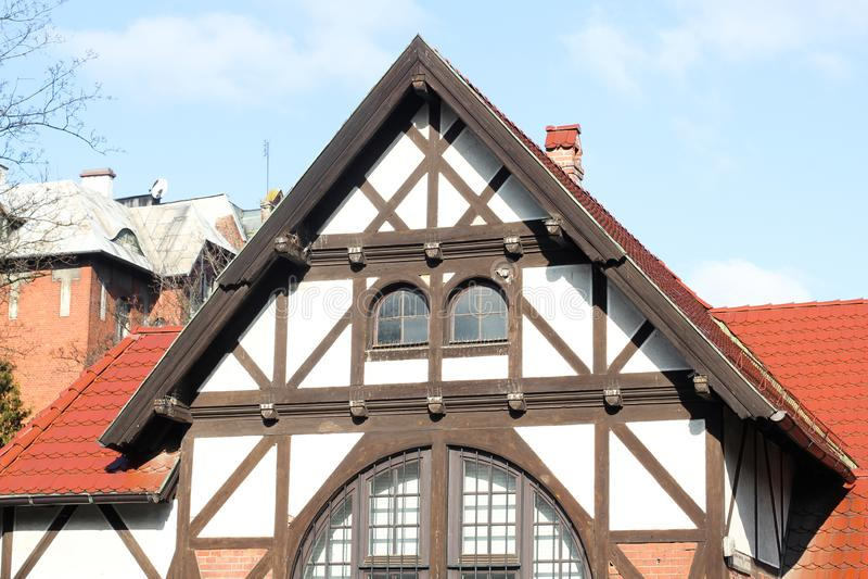 Vista de la casa tradicional del pueblo con el cielo azul, la cerca y la rep?blica ?rbol-checa imagenes de archivo