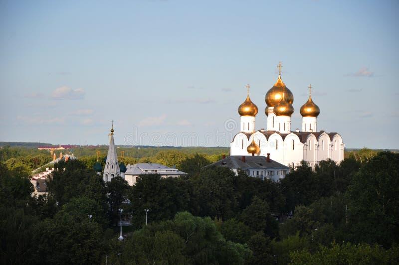 Vista de la catedral de la suposición y de la iglesia de Nikola Rubleny en Yaroslavl foto de archivo libre de regalías