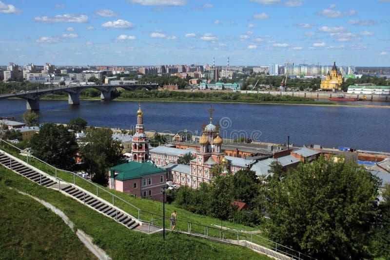 Vista de la catedral del príncipe Alexander Nevsky y el puente sobre el río Oka foto de archivo