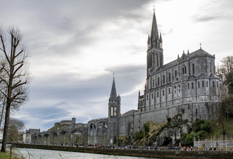 Vista de la catedral en Lourdes, Francia foto de archivo