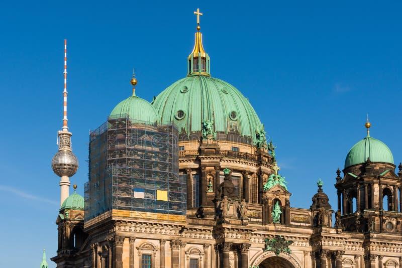 Vista de la catedral y de la torre de la televisión, Berlín imagen de archivo libre de regalías