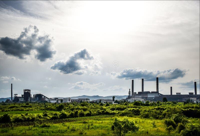Vista de la central eléctrica vieja con los hornos concretos grandes Industria comunista química caida foto de archivo libre de regalías