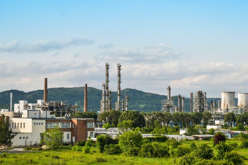 Vista de la central eléctrica vieja con los hornos concretos grandes Industria comunista química caida imagen de archivo libre de regalías