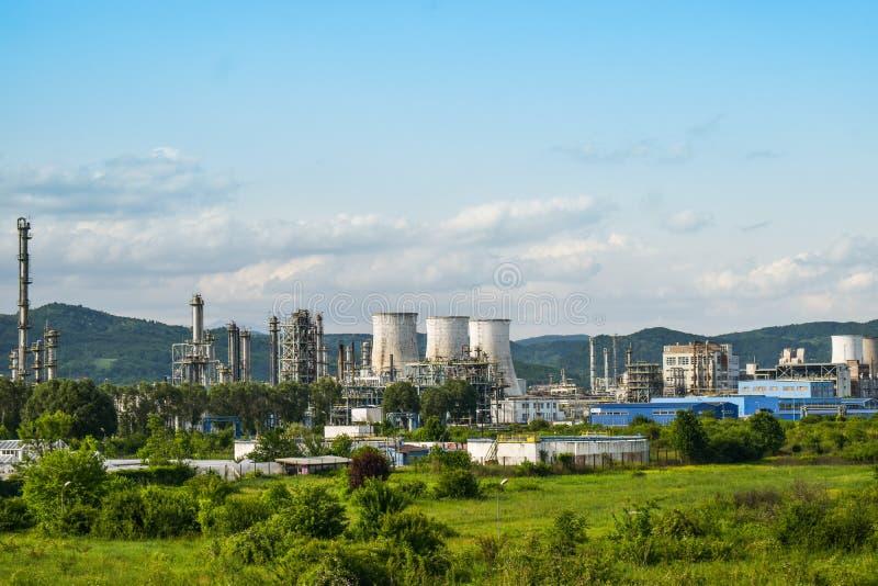 Vista de la central eléctrica vieja con los hornos concretos grandes Industria comunista química caida fotografía de archivo