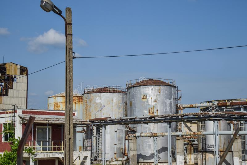 Vista de la central eléctrica vieja con los hornos concretos grandes Industria comunista química caida fotos de archivo