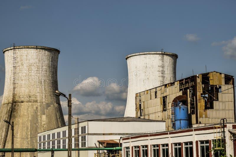 Vista de la central eléctrica vieja con los hornos concretos grandes Industria comunista química caida imágenes de archivo libres de regalías