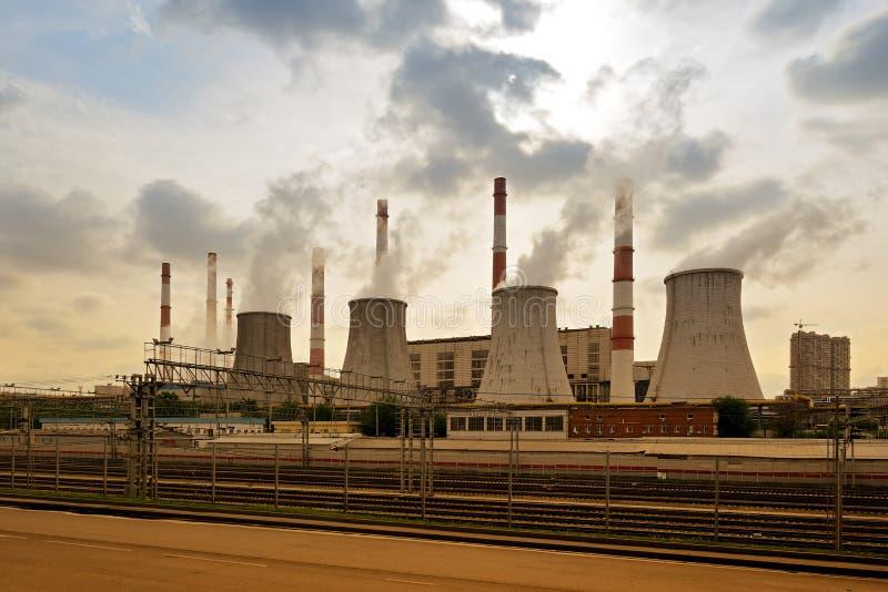 Vista de la central térmica, humo de la chimenea fotos de archivo libres de regalías