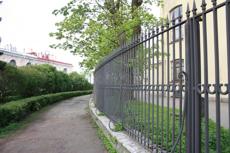 Vista de la cerca del metal del edificio imagenes de archivo